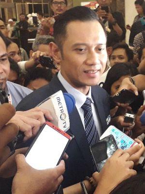 Komandan Kogasma Partai Demokrat Agus Harimurti Yudhoyono memberi keterangan setelah debat kelima Pilpres 2019 di Hotel Sultan, Sabtu (13/4/2019).(KOMPAS.com/Ardito Ramadhan D)