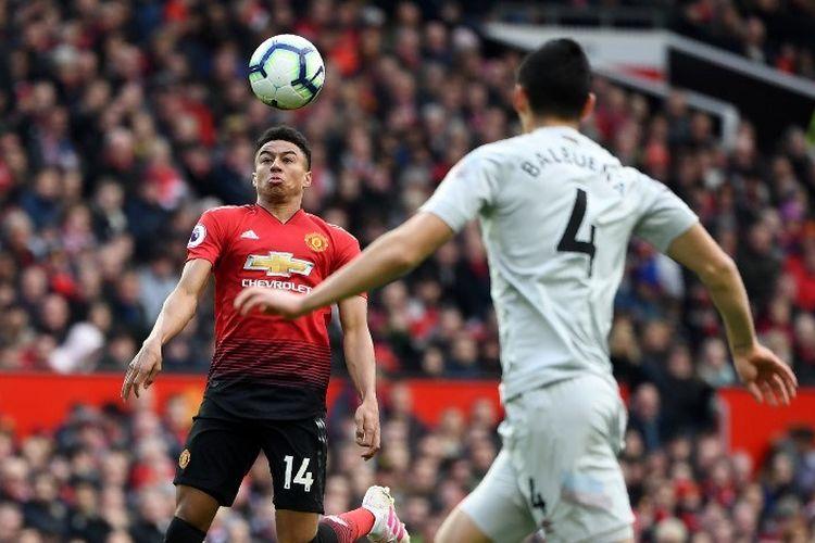 Jesse Lingard coba mengontrol bola pada pertandingan Manchester United vs West Ham United dalam lanjutan Liga Inggris di Stadion Old Trafford, 13 April 2019.