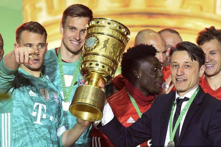 Kapten Manuel Neuer dan pelatih Niko Kovac mengangkat piala DFB Pokal seusai Bayern Muenchen menang telak atas RB Leipzig di Olympiastadion pada laga final, 25 Mei 2019.