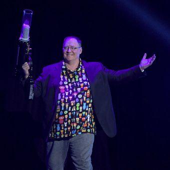 Chief Creative Officer Pixar and Walt Disney Animation Studios, John Lasseter, siap melontarkan kaus ke arah penonton dalam salah satu sesi di perhelatan D23 Expo 2017, di Anaheim, California, Jumat (14/7/2017).