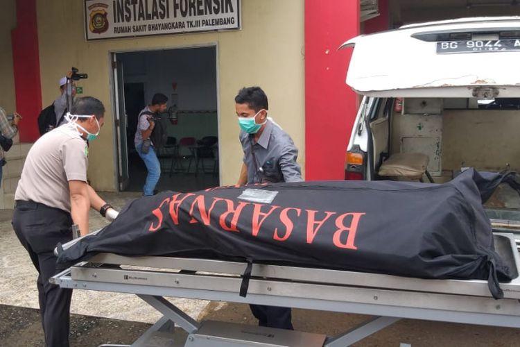 Jenazah Febrianto alias Ebit (38) ketika berada di Rumah Sakit (RS) Bhayangkara Palembang, Sumatera Selatan, Selasa (12/2/2019). Ebit sebelumnya bunuh diri dengan melompat diatas jembatan Kertapati usai membunuh istrinya sendiri.