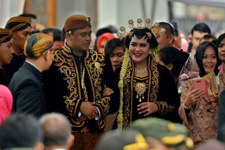 Pasangan pengantin Kahiyang Ayu dan Bobby Nasution berjalan seusai mengikuti prosesi akad nikah dan resepsi pernikahan, di Solo, Jawa Tengah, Rabu (8/11/2017).