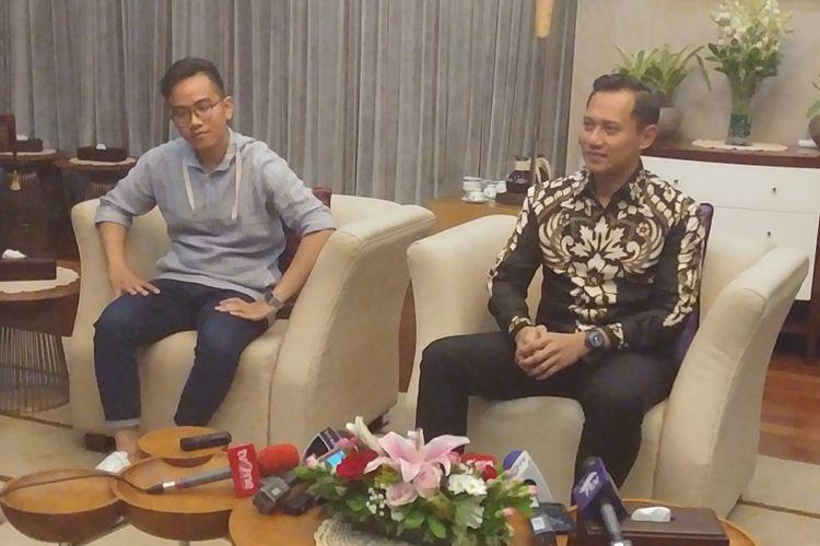 Putra Sulung Presiden Joko Widodo Gibran Rakabuming (kiri) dan Putra Sulung Presiden ke-6 RI Susilo Bambang Yudhoyono, Agus Harimurti Yudhoyono, saat bertemu di Istana, Kamis (10/8/2017).