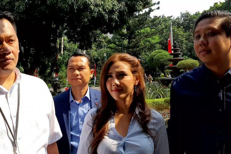 Farhat Abba mendamping dua kliennya, Rey Utami dan Pablo Benua, di Polda Metro Jaya, Jakarta Pusat, Rabu (10/7/2019). Pablo dan Rey menjalani pemeriksaan sebagai saksi atas kasus konten bermuatan asusila ikan asin.