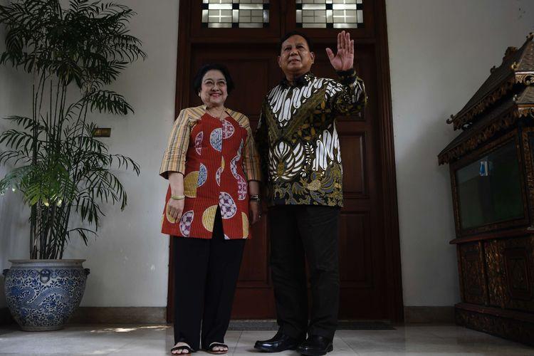 Ketua Umum PDI Perjuangan Megawati Soekarnoputri (kiri) dan Ketua Umum Partai Gerindra Prabowo Subianto (kanan) menyampaikan keterangan pers usai pertemuan tertutup di kediaman Megawawati di Jalan Teuku Umar, Jakarta, Rabu (24/7/2019). Pertemuan kedua tokoh nasional bersama sejumlah elit Partai Gerindra dan PDI Perjuangan tersebut dalam rangka silaturahmi pasca Pemilu Presiden 2019.