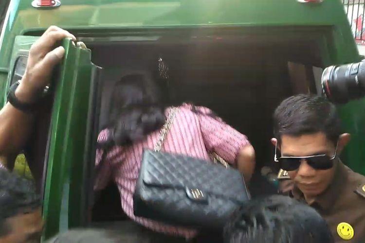 Atiqah Hasiholan masuk ke dalam mobil tahanan untuk menemani ibunya yang akan kembali ke Rutan Polda Metro Jaya, usai dijatuhi vonis dua tahun penjara di Pengadilan Negeri Jakarta Selatan, Ampera, Cilandak, Kamis (11/7/2019).