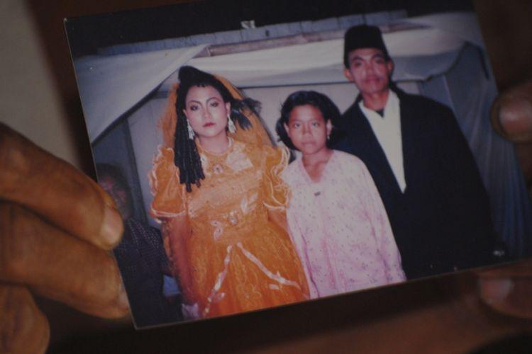 Keluarga menunjukkan foto Sumiyati saat pernikahan, Rabu (10/1/2018).