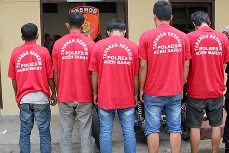 Lima tersangka perjudian inisial AM, MY, ABD, AR, dan  AL  warga Kecamatan Kawai XVI, Kabupaten Aceh Barat yang ditangkap saat sedang berjudi disebuah rumah warga Desa  Palimbungan, Selasa (12/09/17)