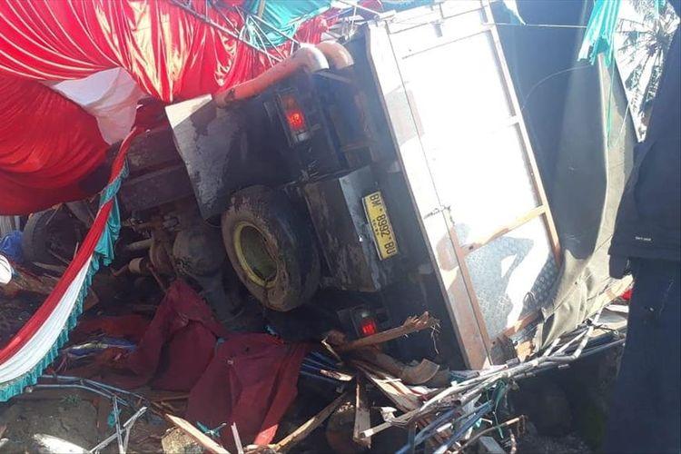Sebuah truk fuso menyeruduk pesta perkawinan warga di Gunung Talang, Kabupaten Solok, Sumatera Barat, Jumat (12/7/2019).