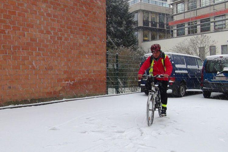 Asyiknya Bersepeda Saat Hujan Salju di Belgia!