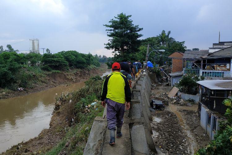 Perumahan Pondok Gede Permai (kanan) berada tepat di samping tanggul yang membatasi Kali Bekasi. Gambar diambil pada Januari 2020.