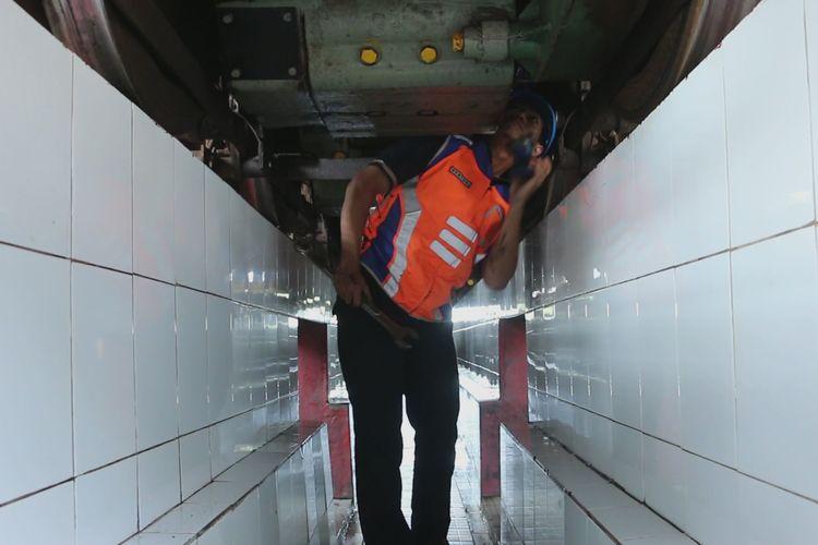 Seorang pekerja sedang memeriksa bagian bawah mesin lokomotif di Dipo Lokomotif PT KAI Daop III Cirebon, Sabtu (18/5/2019). Dia bersama tim sarana lainnya berusaha memastikan kondisi lokomotif siap dan aman untuk angkutan arus mudik dan balik mendatang.