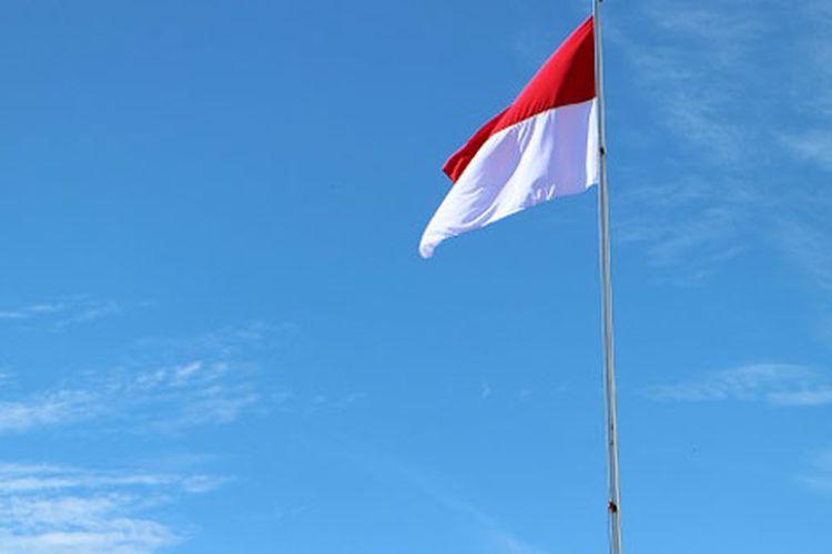 Bendera Merah Putih berkibar di Lapangan Distrik Anggi, Kabupaten Pegunungan Arfak, Papua Barat, Jumat (17/8/2018). Lapangan Distrik Anggi berada di ketinggian sekitar 1.750 meter di atas permukaan laut (mdpl).