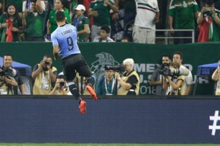 Luis Suarez merayakan gol Uruguay ke gawang Meksiko pada pertandingan persahabatan di Houston, 7 September 2018.