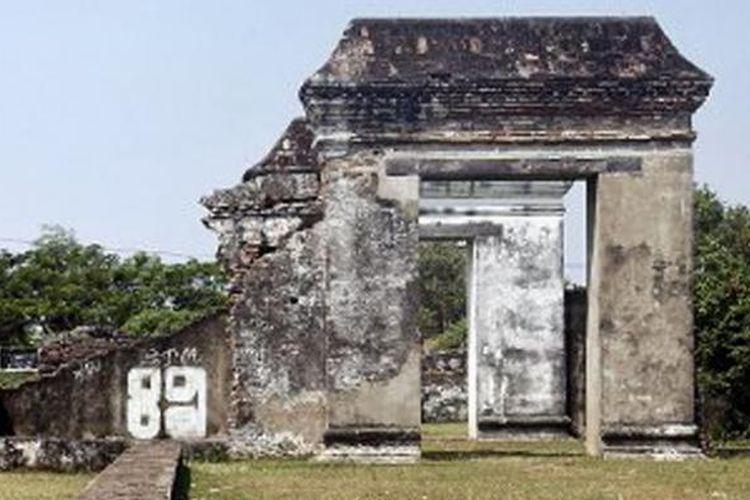 Kondisi Istana Kaibon, situs Banten Lama, di Serang, Banten, yang dicoret-coret dan makin rusak.