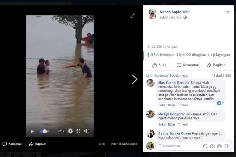 Aksi penyelamatan anak korban banjir.