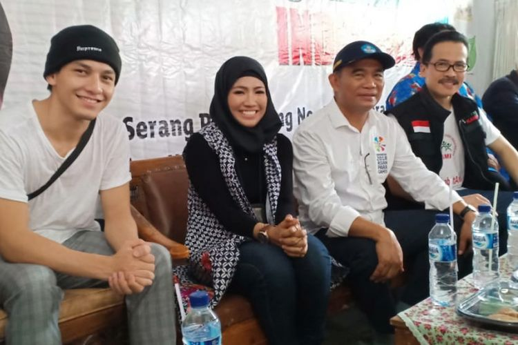 Klinik Digital Vokom UI menyerahkan sumbangan boneka dan mainan anak kepada anak korban bencana di Banten serta 50-an Paud dan TK se-Banten (10/2/2019).