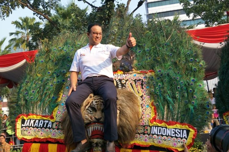 Gubernur DKI Jakarta Anies Baswedan naik Reog DKI Jakarta dalam kegiatan Jakarnaval 2019 di depan Balai Kota DKI Jakarta, Jalan Medan Merdeka Selatan, Minggu (30/6/2019) sore.