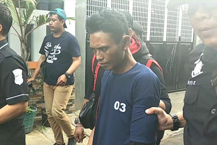 Jumharyoni yang bunuh istrinua di rumah kontrakannya, Jalan Dukuh V, Kramat Jati, Jakarta Timur jalani rekonstruksi, Kamis (15/8/2019).