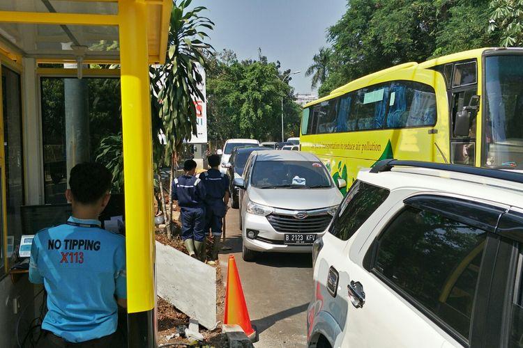 Macet di ruas jalan menuju akses kawasan Universitas Indonesia,  Depok, Senin (15/7/2019).