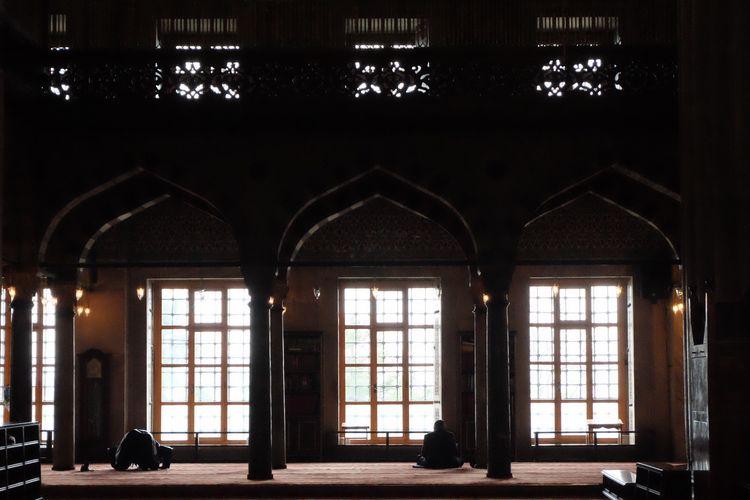 Umat sedang bersembahyang di Masjid Sulyan Ahmed, Istanbul, Turki.