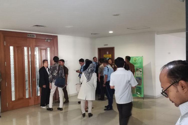 Pengacara yang diduga menganiaya hakim di Pengadilan Negeri Jakarta Pusat diamankan di ruangan jaksa di lantai tiga