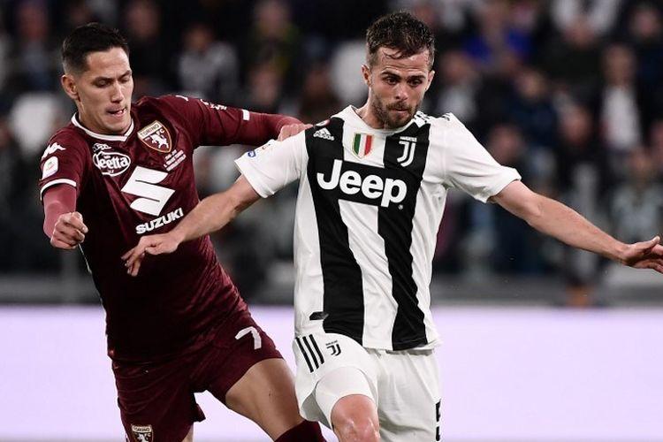 Sasa Lukic membayang-bayangi Miralem Pjanic pada laga Juventus vs Torino di Stadion Juventus dalam lanjutan Liga Italia, 3 Mei 2019.