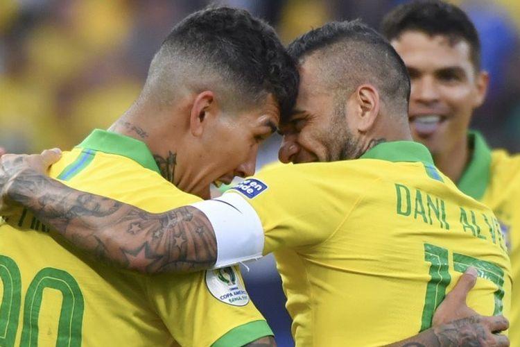 Dani Alves dan Roberto Firmino merayakan golnya pada pertandingan Peru vs Brasil dalam lanjutan Copa America 2019 di Arena Corinthians, 22 Juni 2019.