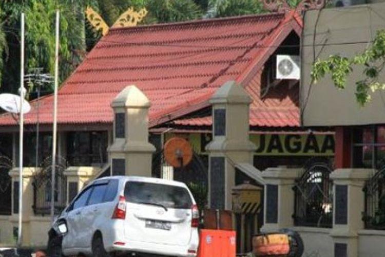 Kendaraan yang digunakan pelaku untuk menabrak pagar Mapolda Riau Rabu (15/5/2018)