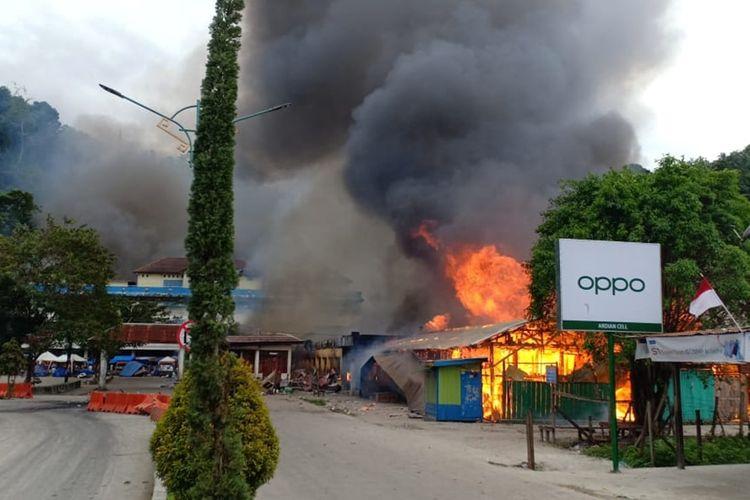Pasar Thumburuni, Kabupaten Fakfak, papua Barat, dibakar oleh massa yang melakukan aksi protes terhadap dugaan rasisme yang diterima mahasiswa Papua di Surabaya, Jawa Timur (21/08/2019)