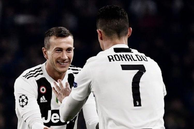 Federico Bernardeschi merayakan gol Cristiano Ronaldo pada pertandingan Juventus vs Atletico Madrid dalam babak 16 besar Liga Champions di Stadion Allianz, 12 Maret 2019.