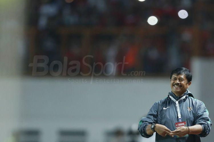 Pelatih Timnas Indonesia U-19, Indra Sjafri memberi instruksi pada pemainnya saat melawan Timnas Thailand U-19 di Stadion Wibawa Mukti, Kabupaten Bekasi, Jwa Barat, Minggu (8/10/2017). Timnas Indonesia U-19 menang 3-0. (HERKA YANIS PANGARIBOWO/TABLOID BOLA)