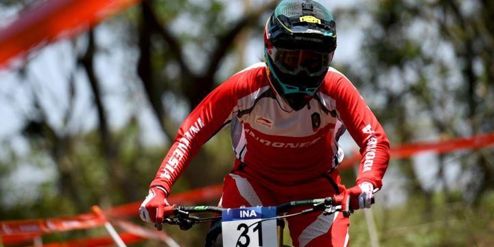 Atlet Balap Sepeda Indonesia Tiara Andini Prastika tampil di Seeding Run nomor Women Elite Downhill pada Asian Games ke-18 Tahun 2018 di Khe Bun Hill, Subang, Jawa Barat, Senin (20/8/2018).