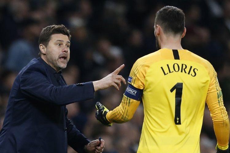 Mauricio Pochettino berbincang dengan Hugo Lloris pada jeda pertandingan Tottenham Hotspur vs Manchester City dalam perempat final Liga Champions di Stadion Tottenham Hotspur, 9 April 2019.