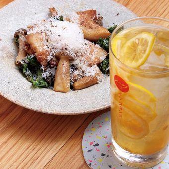 Hidangan sayuran dengan tampilan indah yang terdiri dari iga babi Kurao tumis, tamba shimeji (jamur), dan kale dijual dengan harga 1.400 yen dan dapat dinikmati dengan minuman Lemonade Sour seharga 650 yen