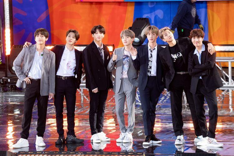 Para member BTS (dari kiri) V, Jimin, Jungkook, Suga, Jin, RM, and J-Hope menjadi bintang tamu acara 2019 Summer Concert Series yang digelar Good Morning America di Central Park, New York, Rabu (15/5/2019).