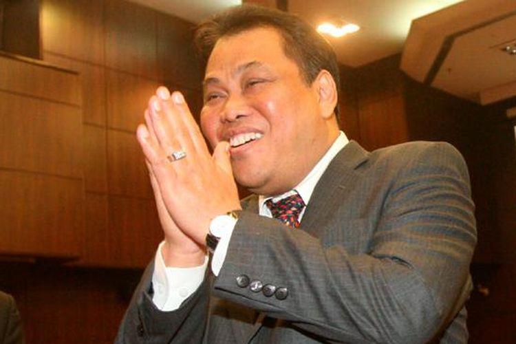Ketua MK Arief Hidayat (kiri) usai Rapat Pleno Pemilihan Ketua Mahkamah Konstitusi (MK) Periode 2015-2017 di Gedung MK, Jakarta, Senin (12/1/2015). Arief terpilih secara aklamasi sebagai Ketua MK untuk menggantikan Hamdan Zoelva yang telah habis masa jabatannya sebagai hakim MK.