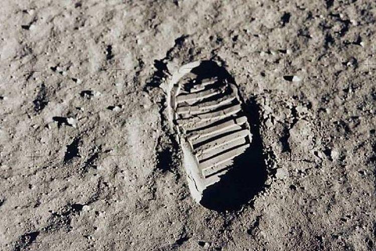 Jejak kaki astronot Neil Armstrong dan tim di Bulan pada misi Apollo 11.