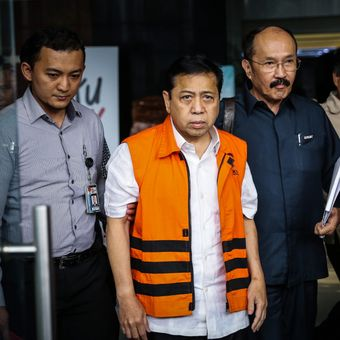 Tersangka kasus korupsi KTP elektronik Setya Novanto meninggalkan gedung Komisi Pemberantasan Korupsi (KPK) seusai menjalani pemeriksaan di Kuningan, Jakarta Selatan, Selasa (21/11/2017). Kedatangan Setya Novanto ke KPK untuk menjalani pemeriksaan perdana sebagai tersangka kasus korupsi proyek e-KTP.