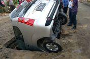 Akibat Galian Resapan Air Tanpa Pembatas, Mobil Terperosok ke Lubang