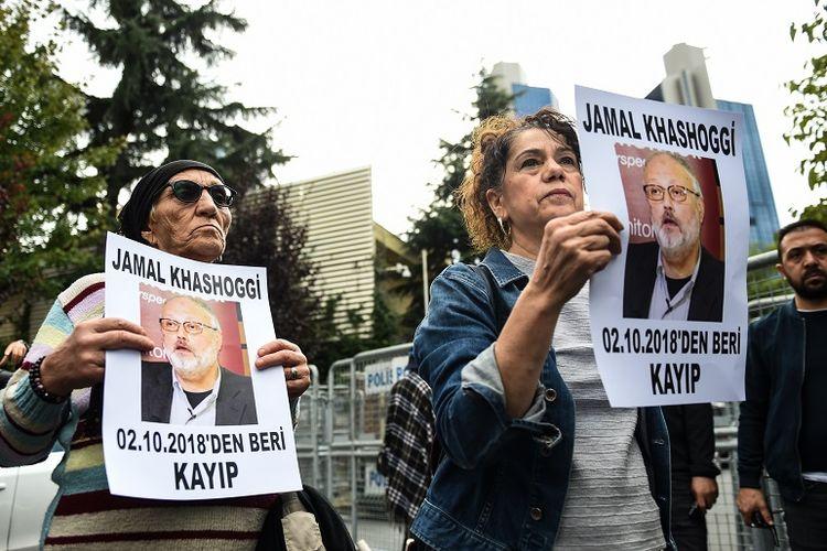Anggota Asosiasi HAM (IHD) memegang foto Jamal Khashoggi  dalam unjuk rasa di depan kantor Konsulat Arab Saudi di Istanbul, Turki.