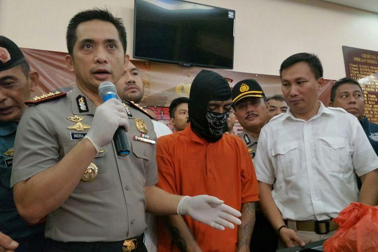 Tersangka pembunuh pensiunan TNI Angkatan Laut Hunaedi (83), Supriyanto (20), saat dirilis di Mapolres Metro Jakarta Selatan, Kamis (12/4/2018).