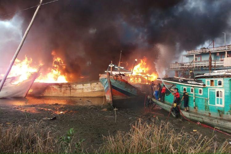 Empat unit kapal yang berlabuh di muara Sungai Silugonggo, Desa Bajomulyo, Kecamatan Juwana, Kabupaten Pati, Jawa Tengah, terbakar, Kamis (9/8/2018) sore. 14 unit mobil pemadam kebakaran diterjunkan untuk menjinakkan api yang telah mengganas itu.