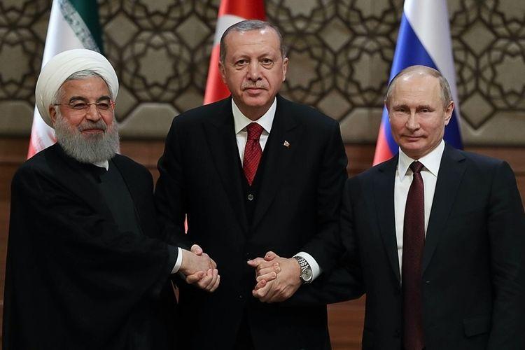Presiden Iran Hassan Rouhani (kiri), Presiden Turki Recep Tayyip Erdogan (tengah) dan Presiden Rusia Vladimir Putin berjabat tangan usai pertemuan tingkat tinggi membahas krisis Suriah di Ankara, Rabu (4/4/2018).
