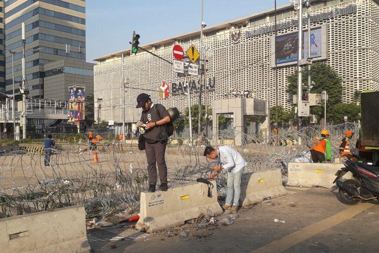 Barikade kawat berduri masih terpasang di depan Kantor Bawaslu RI, Jalan MH Thamrin, Jakarta Pusat, Kamis (23/5/2019) pagi.