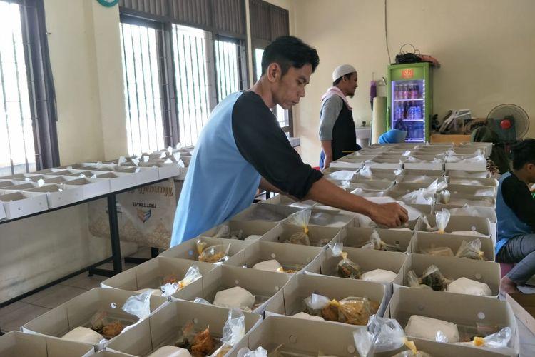 Pengemasan makanan untuk buka puasa bagi jemaah Masjid Istiqlal, Jakarta Pusat, Rabu (8/5/2019)