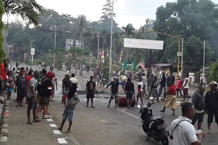 Aksi blokade jalan oleh masyarakat Papua di Manokwari, terhadap tindakan rasisme yang terjadi terhadap mahasiswa Papua di Surabaya.