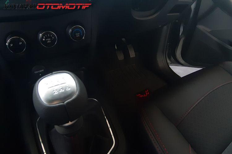 Wuling Confero S ACT dengan transmisi manual enam percepatan tanpa ada pedal kopling.