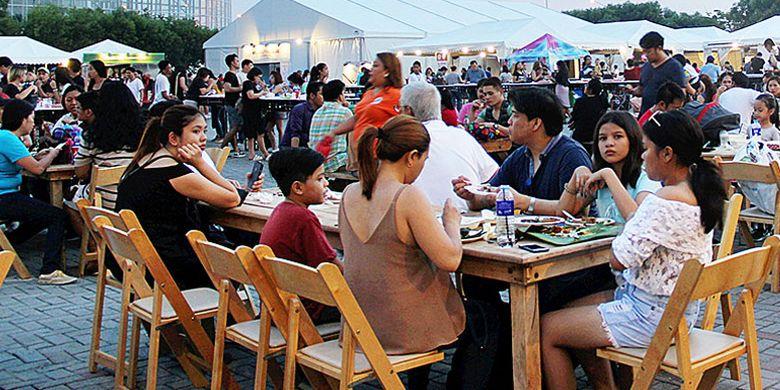 Pemburu kuliner menikmati makan bersama dalam acara jambore World Street Food Congress 2017, Manila, Filipina, Rabu (31/5). Dalam acara yang dijadwalkan berlangsung hingga Minggu (4/6/2017), martabak manis dari Indonesia menjadi primadona.