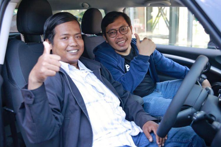 Serah terima mobil Mini Cooper oleh CEO Bukalapak, Achmad Zaky kepada pengemudi ojek online,  Dedi Heryadi. Dedi mendapatkan Mini Cooper seharga Rp 12.000 saat mengikuti promo Harbolnas yang digelar Bukalapak, Rabu (12/12/2018). Penyerahan dilakukan di kantor Bukalapak, Jakarta Selatan, Senin (17/12/2018).
